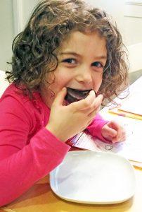 Uma eating Alfajores